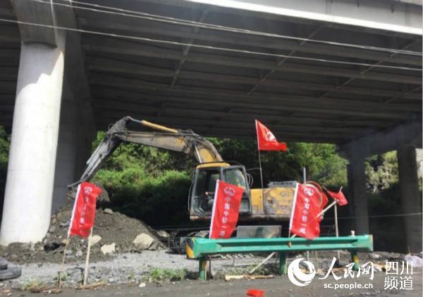 礼县的泥石流造成道路中断 当地人已经悄