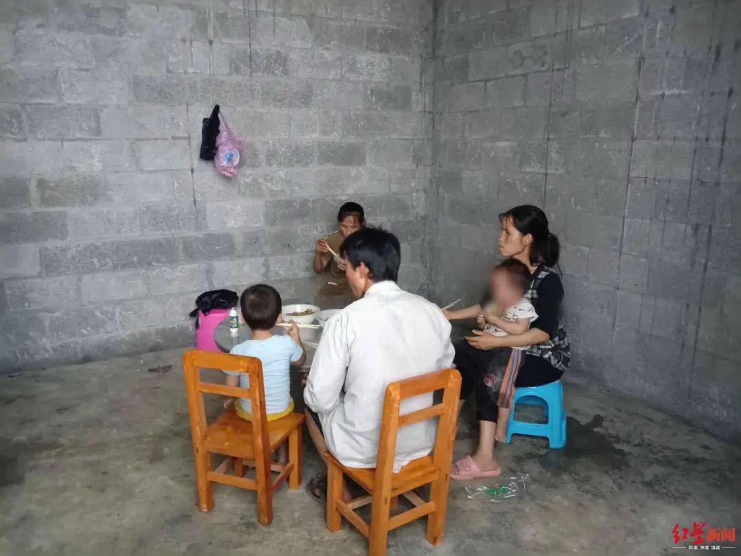 ▲韦国则和妻子、生母带着部分孩子在吃饭