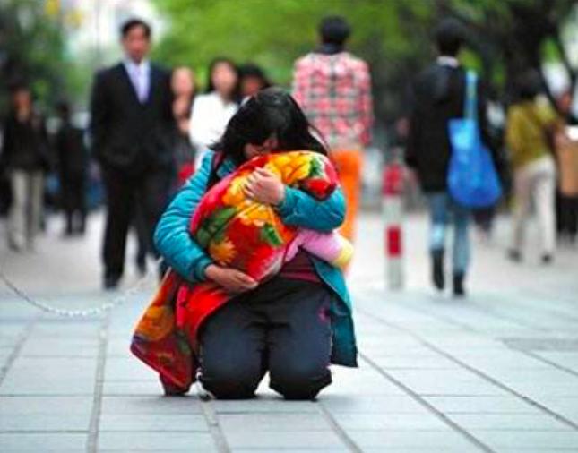 """▲9年前,石金泉策划的""""眼癌宝宝的母亲跪行广州街头求助"""""""