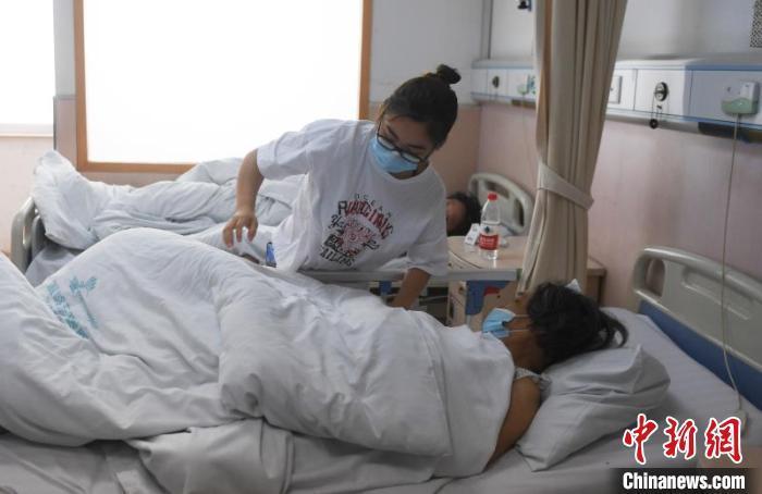 温岭东方医院内的事故伤者担当治疗。*** 摄