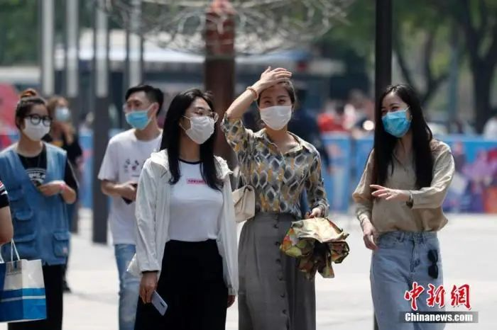 资料图:大众戴口罩出行。中新社记者 韩海丹 摄