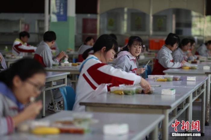 两部门:加强夏季学校食源性疾病防控 每餐成品依规留样图片