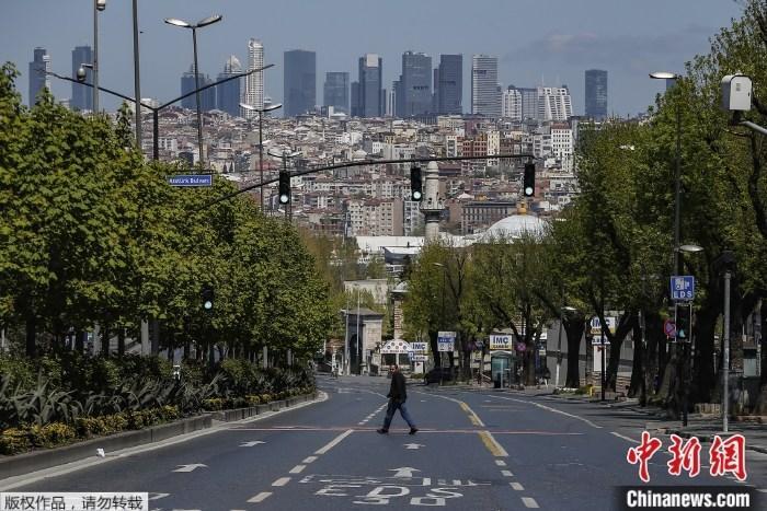 资料图:疫情下的土耳其街头。