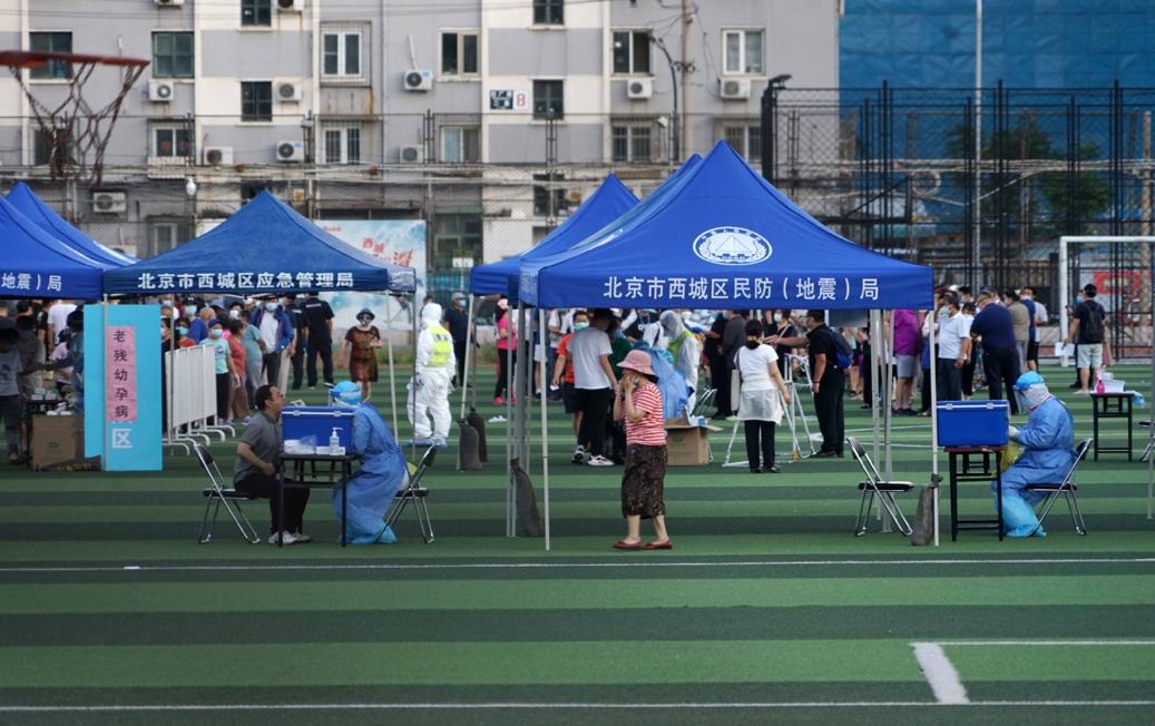 北京市西城区广安体育场核酸检测现场。 报康时健。牛宏超/摄