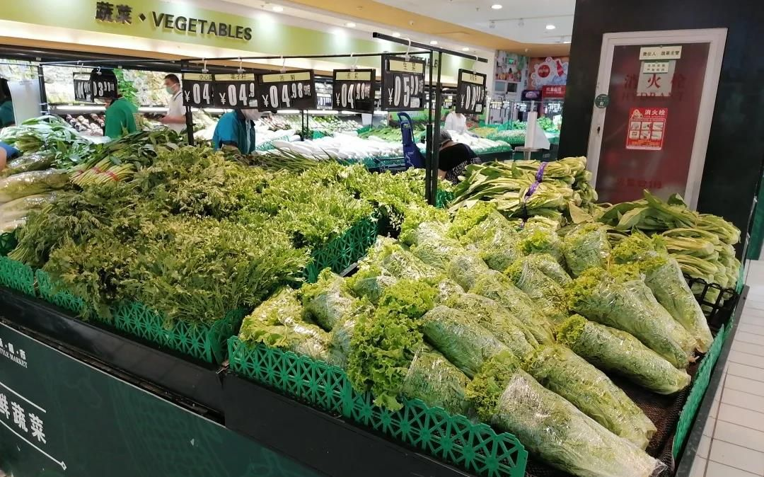 连夜进京的蔬菜一大早就摆上了超市柜台。受访者供图