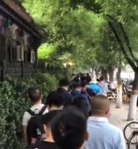 北京市民医院门前排队进行核酸检测,部分医院需要预约图片