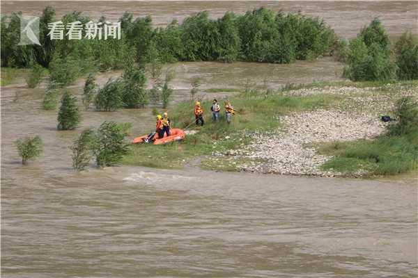 视频|四川:两名钓鱼者被困河中孤岛 消防紧急救援图片