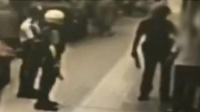"""台北""""中正纪念堂""""发生随机砍人案:60岁妇人持菜刀行凶砍伤路人"""