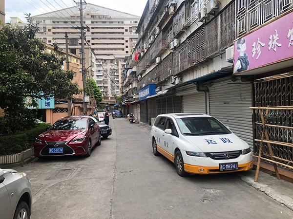 公司外停放的执法车辆。澎湃新闻记者 张刘涛 图