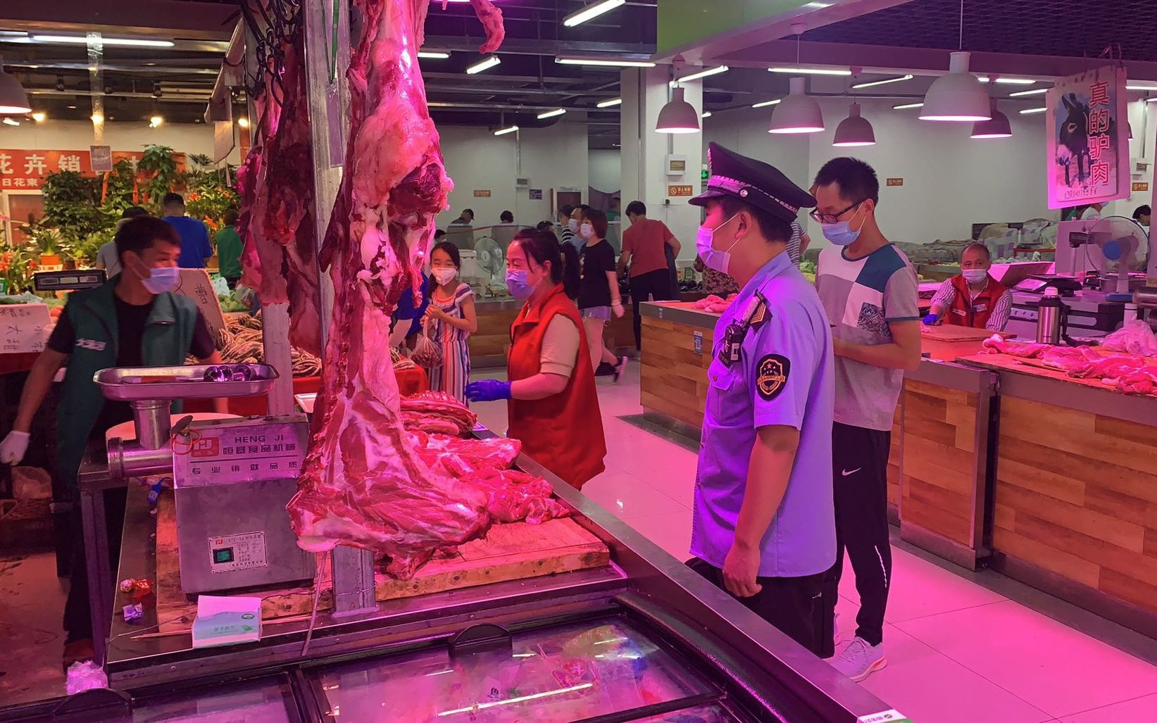北京农贸市场切断新发地货源 部分市场全员测核酸图片
