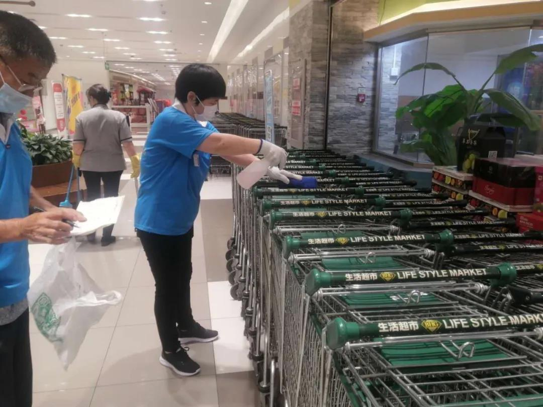 北京华联超市加大了超市的消毒。受访者供图