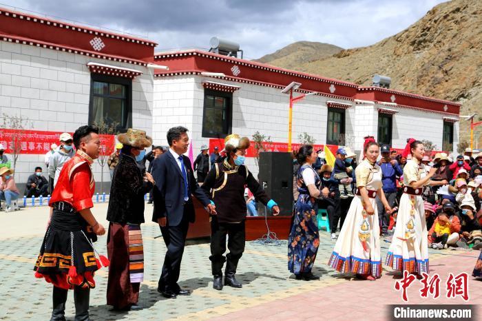 西藏琼结易地扶贫搬迁户:住新房 获就业