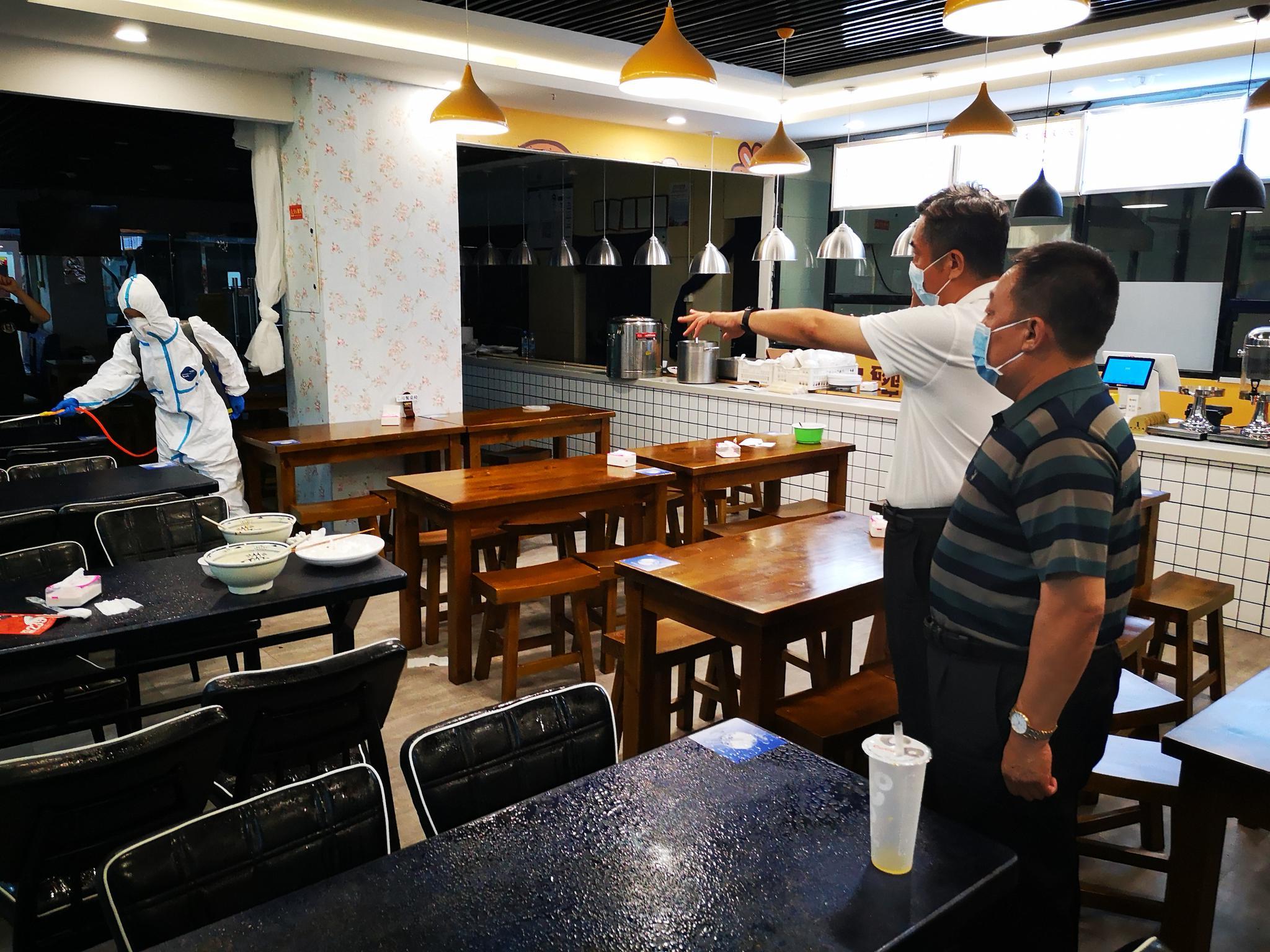 石景山区开展餐饮单位消杀事情。石景山区供图