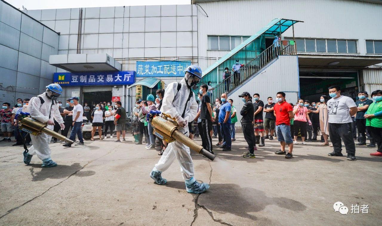 △6月16日,丰台区岳各庄批发市场,蓝天救济队在市场举行消杀。拍照/新京报记者陶冉