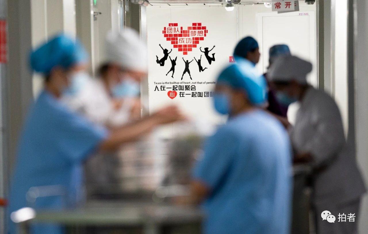 △6月16日,北京地坛医院干净区内,医护职员预备将晚餐送入断绝病房。拍照/新京报记者陶冉