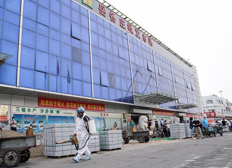 蓝天救援队在市场内进行消杀。