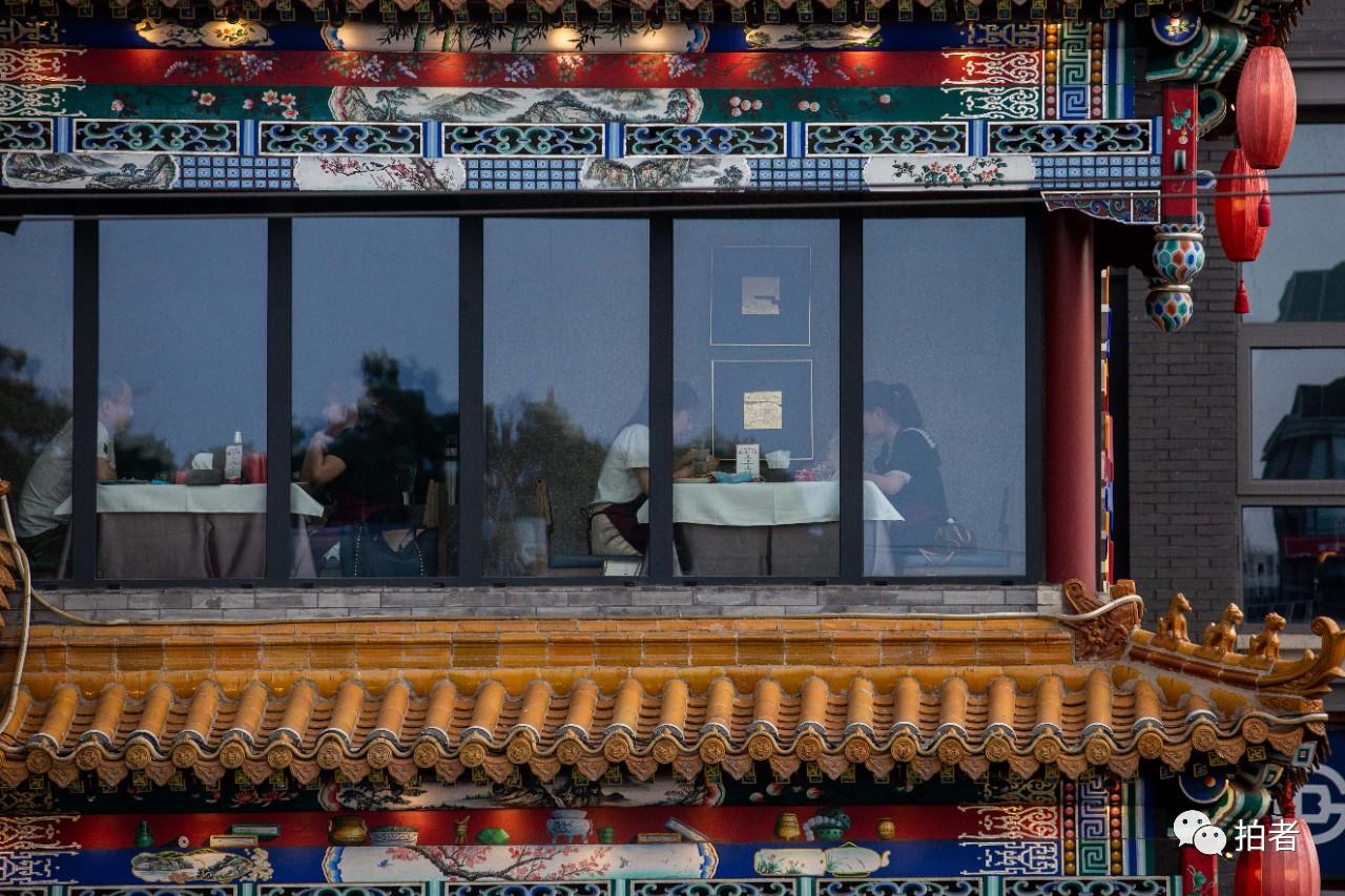△6月13日,簋街一餐馆内,餐桌距离大于一米。6月13日,根据北京市商务局要求,凭据北京市疫情况势,餐饮业防控已调至二级应急响应时的管控步伐。拍照/新京报记者李凯祥