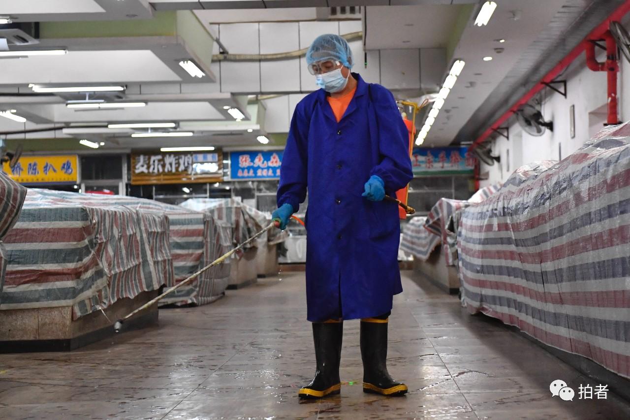 △6月16日,东城区特吉特菜市场事情职员对市场举行消杀。拍照/新京报记者吴宁