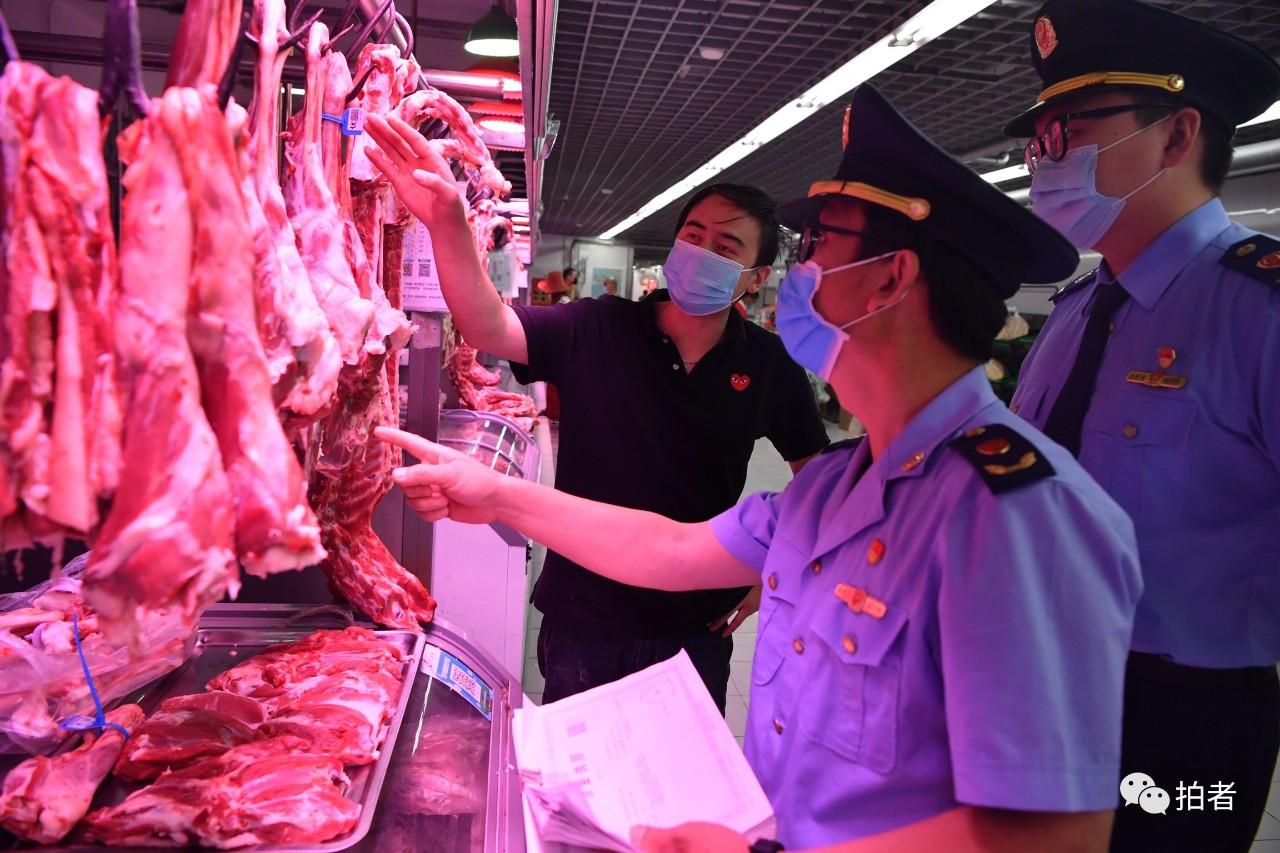 △6月15日上午,牛街清真牛羊肉市场,法律职员在市场内未发明新发地货源,也没有发明其他题目。拍照/新京报记者吴江