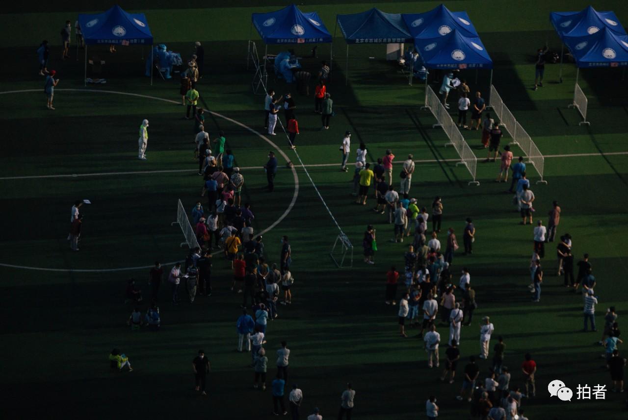 △6月14日,西城区广安体育场,市民列队担当核酸检测。拍照/新京报记者郑新洽
