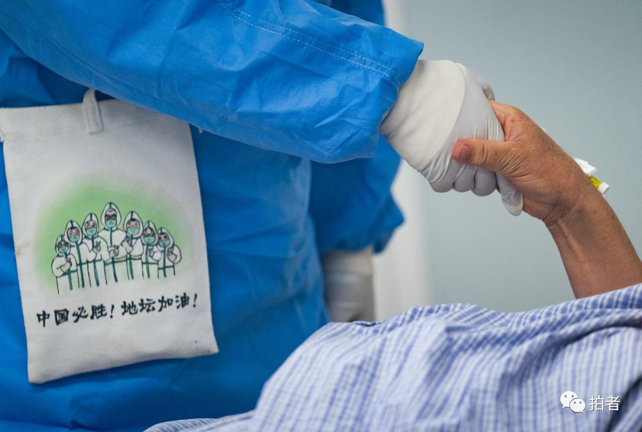 △6月16日,北京地坛医院,医护职员劝导新冠肺炎患者感情。拍照/新京报记者陶冉