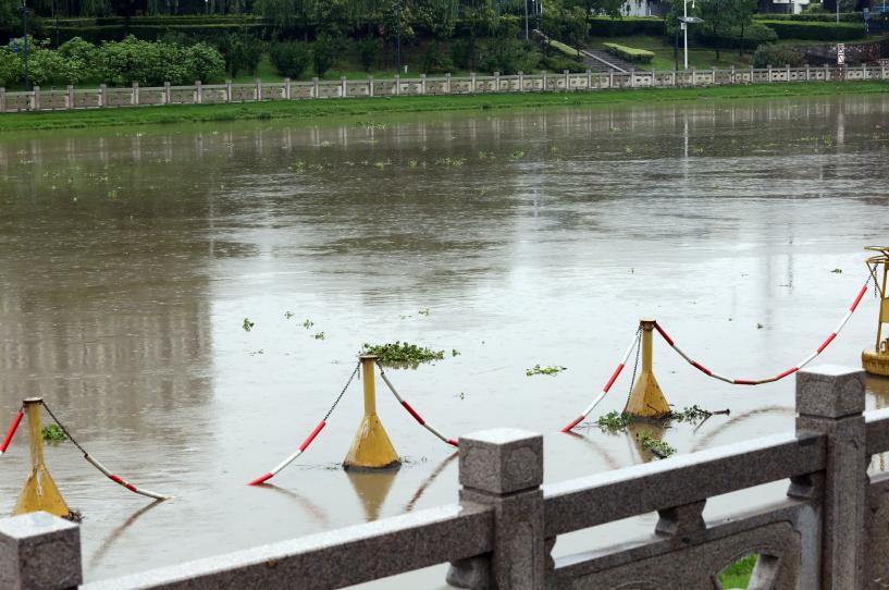 秦淮河洪水蓝色预警发布 外秦淮河长江入口上涨急流中大量飘浮物