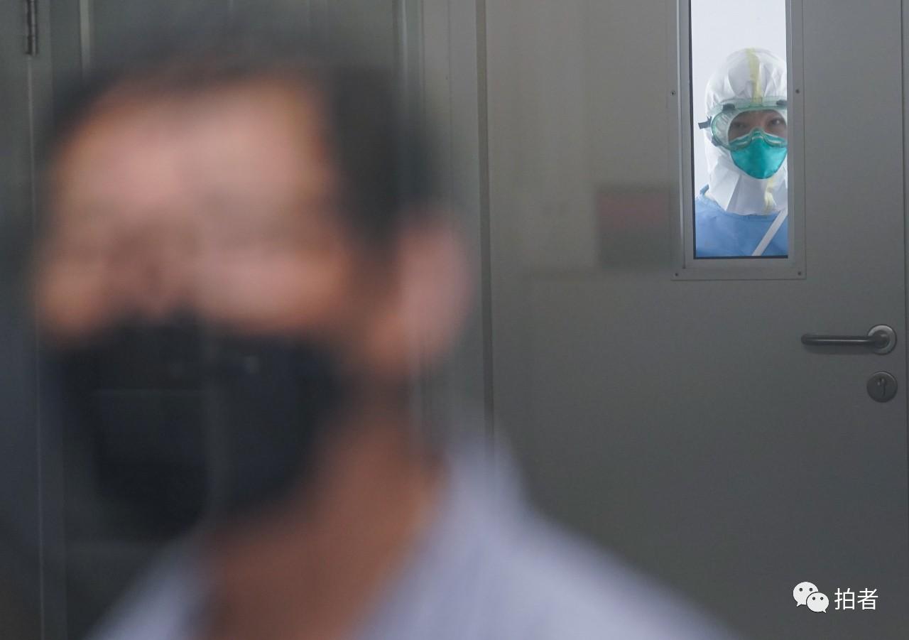 △6月16日,北京地坛医院,照顾护士职员预备进入断绝病房内。拍照/新京报记者陶冉