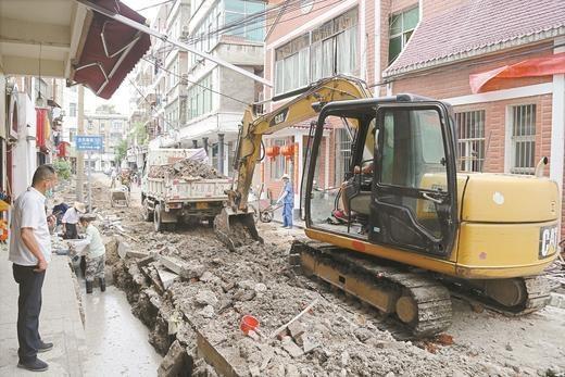 黄州区赤壁街道一字门社区背街小巷环境整治工程下水管网改造施工中