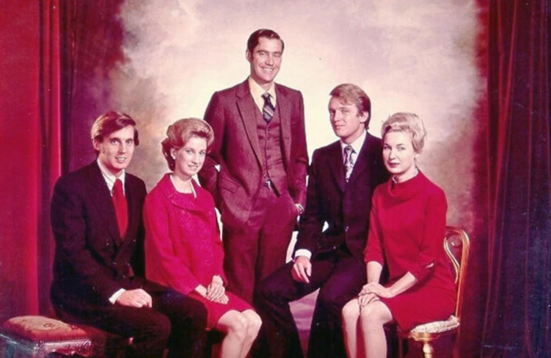 ▲特朗普及其兄弟姐妹:(从左至右)罗伯特、伊丽莎白、小弗雷德、唐纳德及玛丽安娜。/ BBC网站截图
