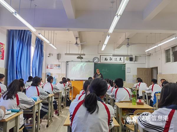网络作家进校园:作家赵伦走进昆十六中开讲趣味作文课