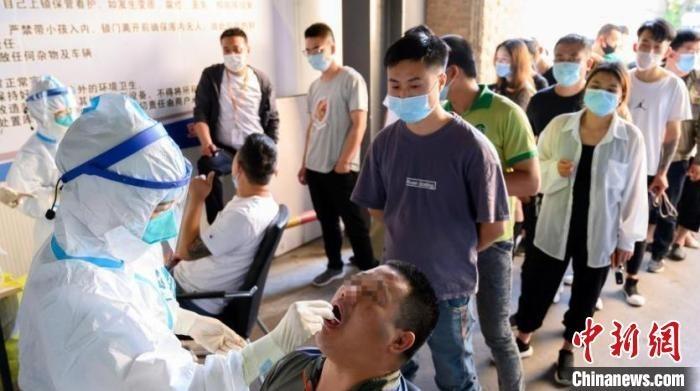 6月15日,山西省太原市,山西最大海鲜批发市场——五龙口海鲜批发市场近4000名从业人员接受咽拭子采集,进行核酸检测。 韦亮 摄