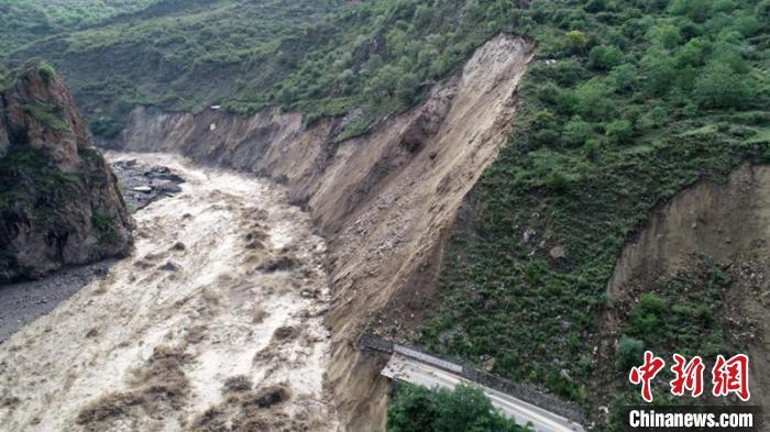 山洪泥石流冲垮门路导致山体滑坡。丹巴宣提供