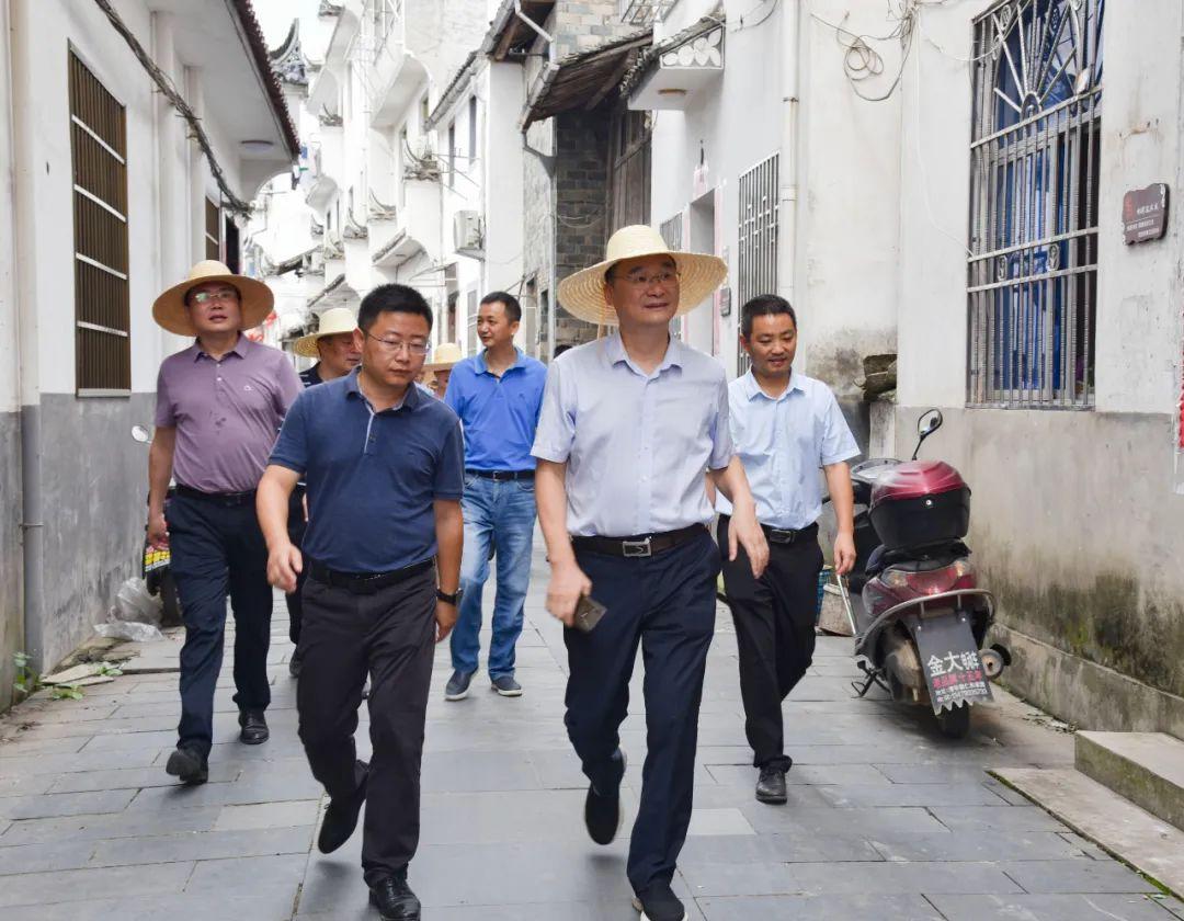 婺源县委副书记、县长吴云飞调研美丽集镇建设工作