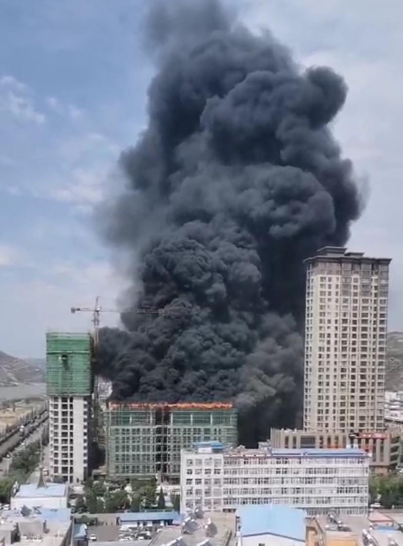 保德县在建楼发生火灾:系工人切割钢管引燃建材_新浪