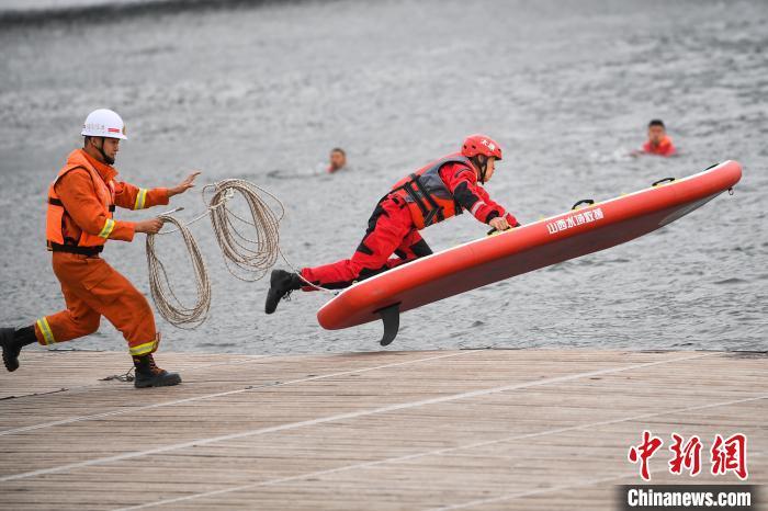 山西省消防救援总队16日举行抗洪抢险救援综合实战演练,共有1000多人、100多艘舟艇等开展抢险救灾工作。武俊杰 摄
