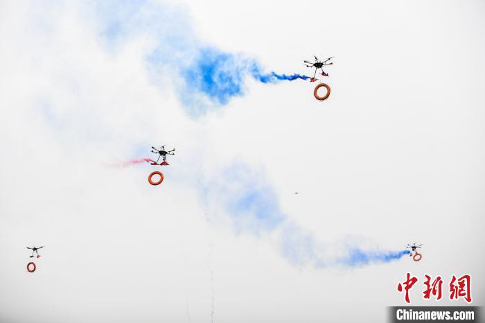 图为无人机携带救生圈起飞。武俊杰 摄