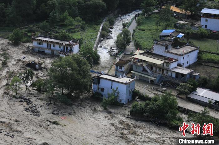 在山洪泥石流中受损的民房。丹巴宣提供