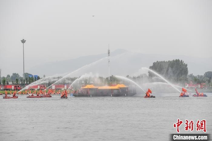 6月16日,山西省消防救援总队举行抗洪抢险救援综合实战演练。图为船舶灭火救援。武俊杰 摄