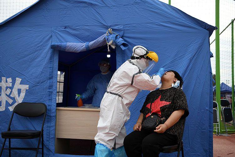 天坛体育中央核酸检测点,住民担当咽拭子收罗。