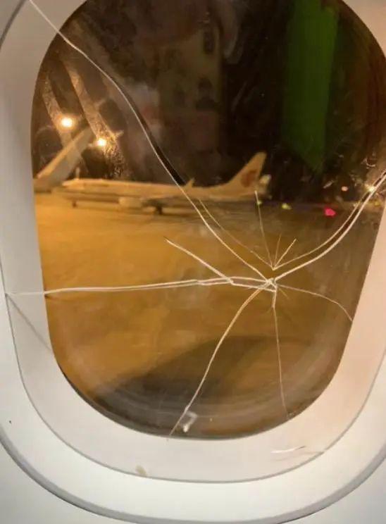 高空惊魂!女子飞机上朝着舷窗重拳猛砸,玻璃当场破裂!