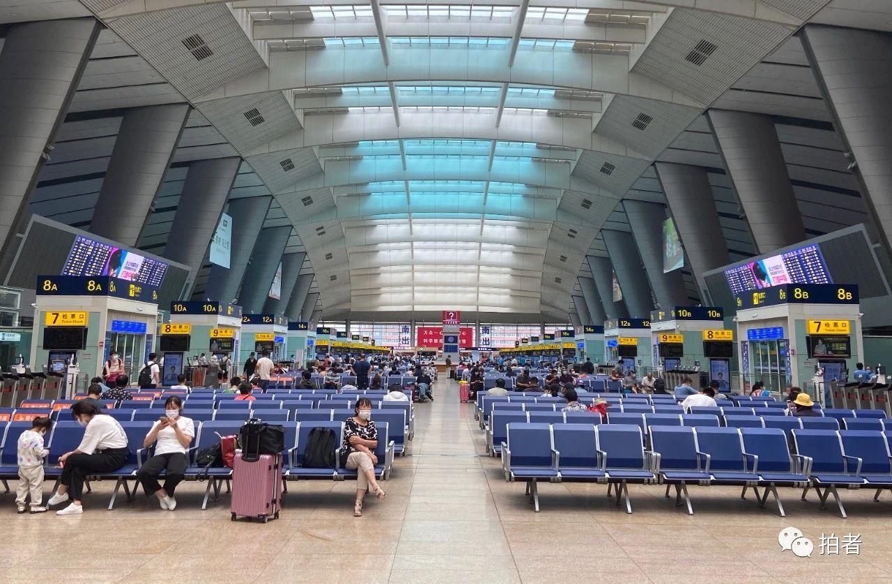 △6月17日,北京南站候车大厅,全部游客都需测温才气进站。拍照/新京报记者王贵彬