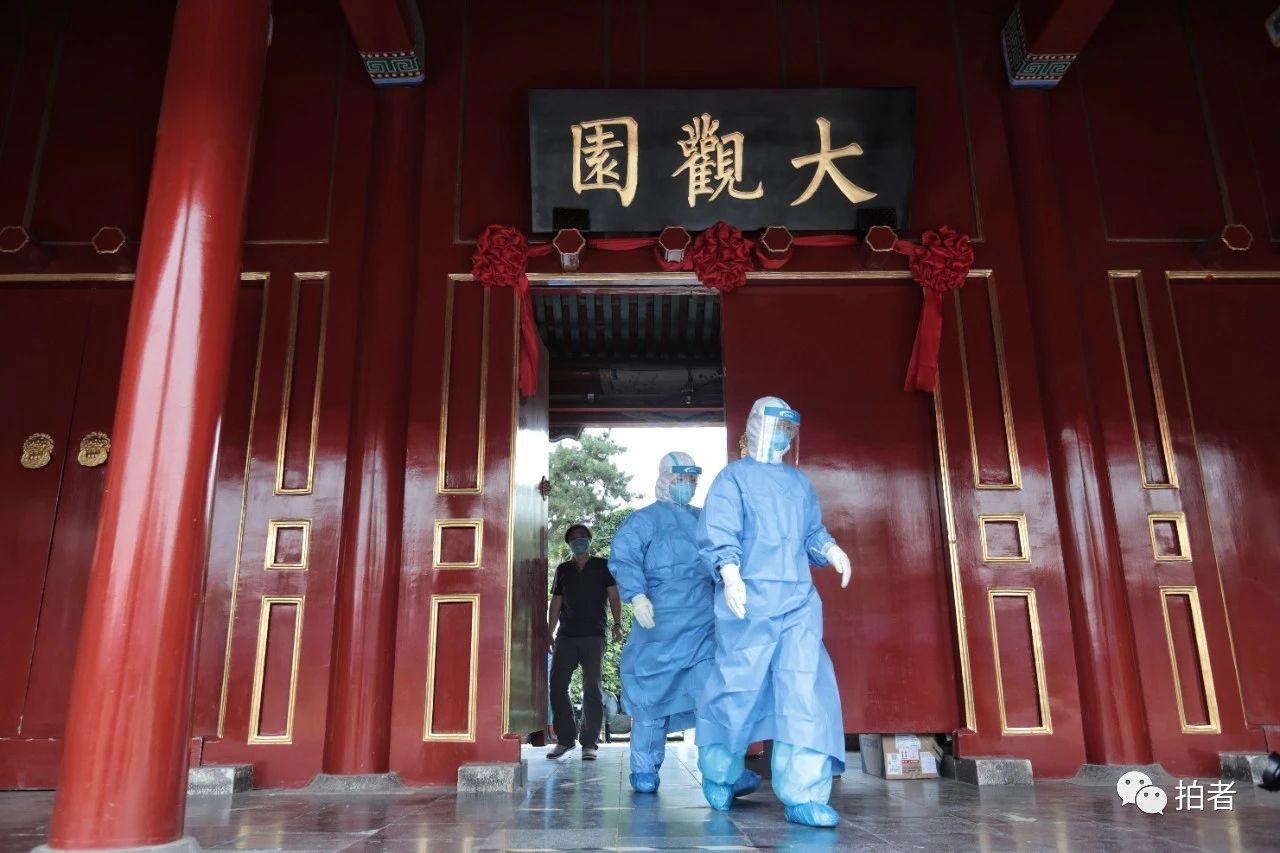 △6月17日,大观园南门广场的会合采样点,医护职员身穿防护服预备举行核酸检测采样。拍照/新京报记者王嘉宁