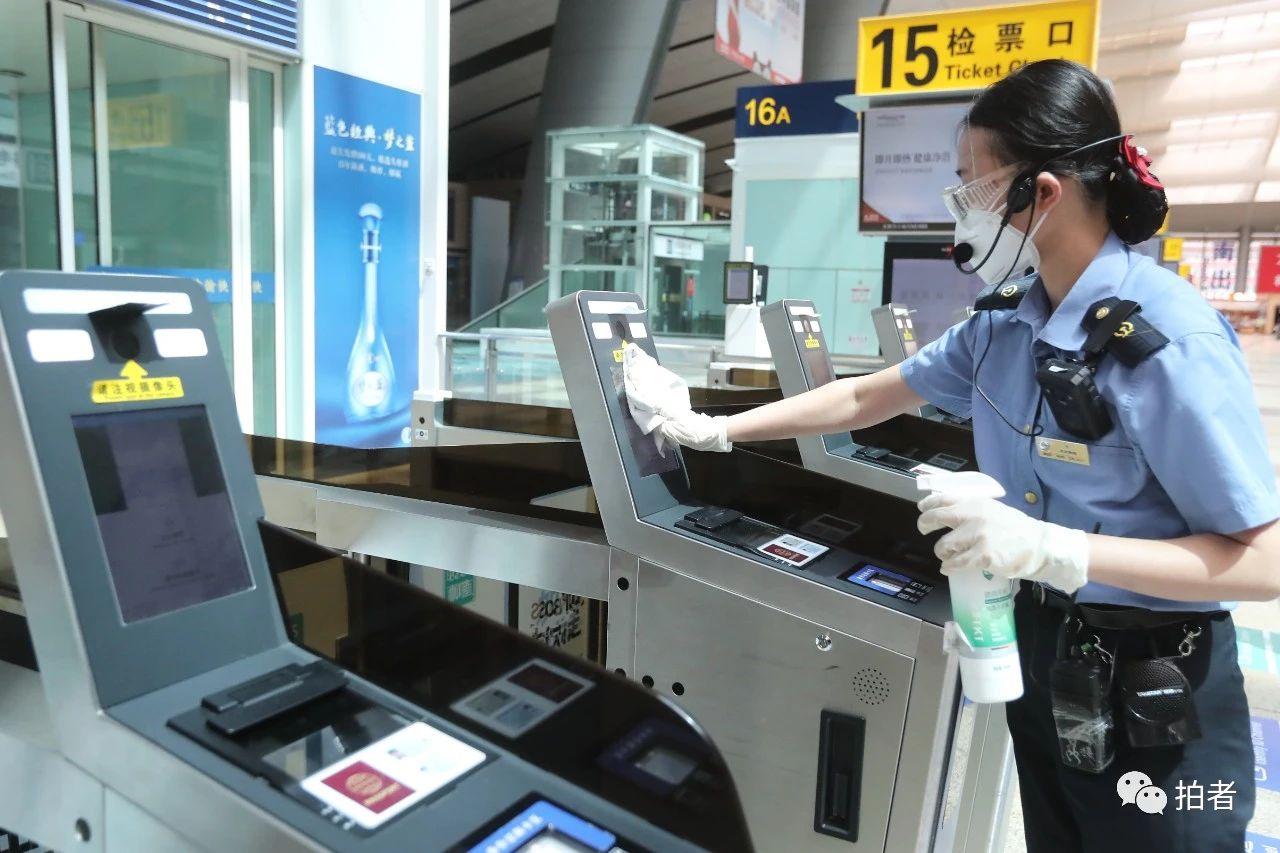 △6月17日,北京南站,每趟列车检票进站完毕后,事情职员会对检票闸机举行一次彻底消毒。拍照/新京报记者王贵彬