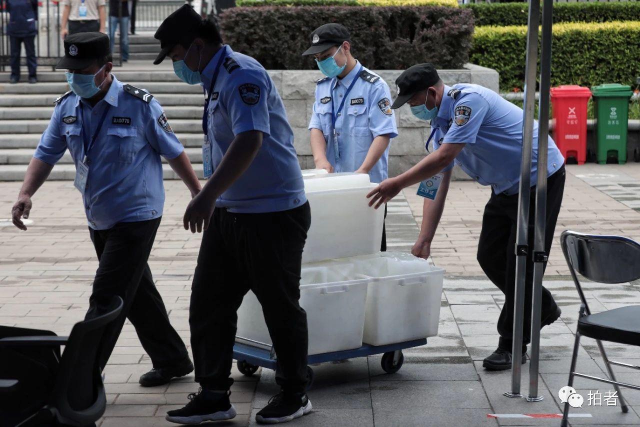 △6月17日,大观园南门广场的会合采样点,事情职员输送冰块为采样处降温。拍照/新京报记者王嘉宁