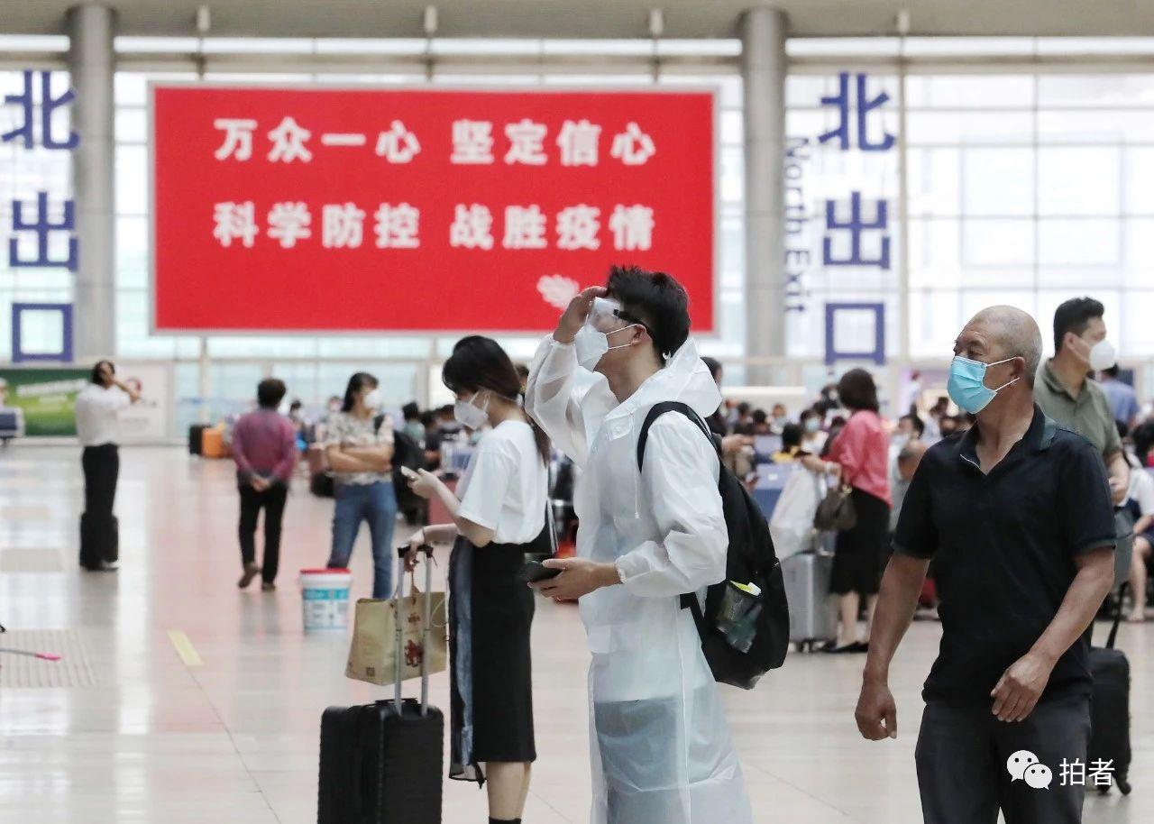 △6月17日,北京南站,游客穿着防护设备候车。拍照/新京报记者王贵彬