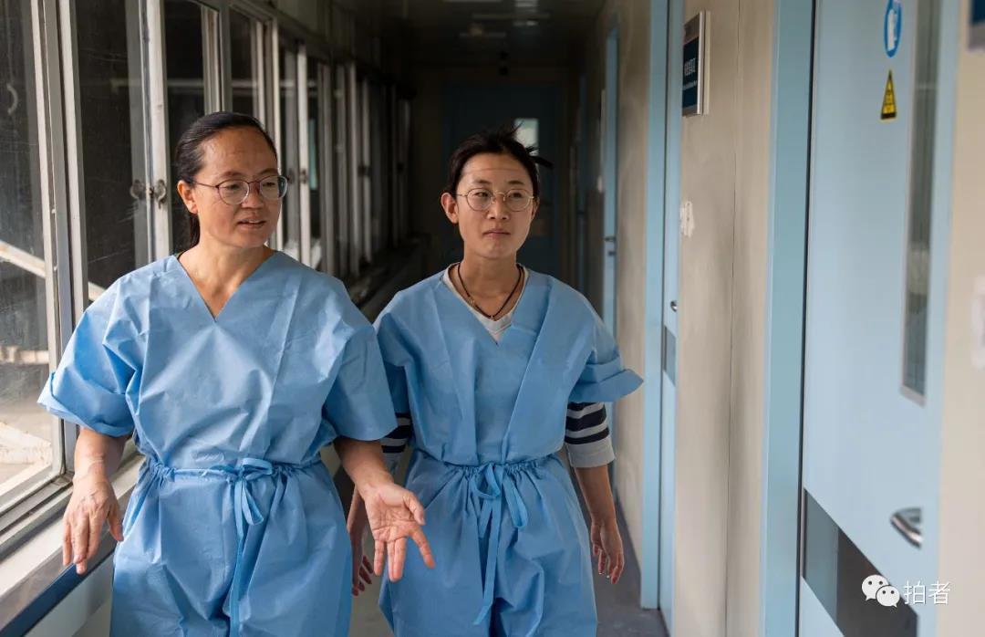 △6月17日,北京大学首钢医院,当天核酸样本收罗竣事后,检测技师脱下防护服走进干净区。