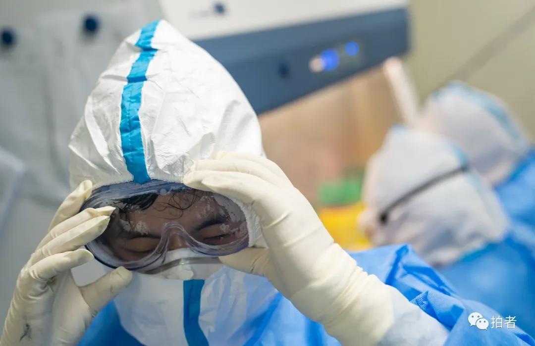△6月17日,北京大学首钢医院核酸检测实行室,大夫调解护目镜举行核酸样本提取。