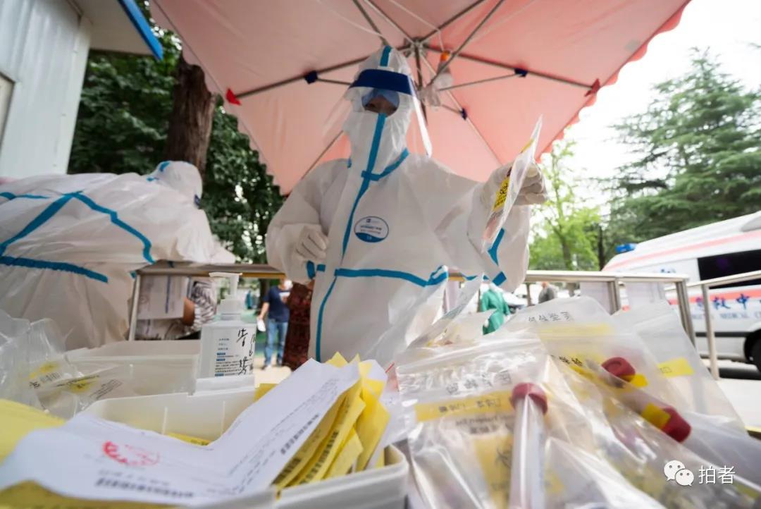 △6月17日,医护职员将收罗到的咽拭子样本放入网络筐。