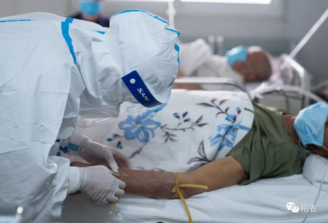 △6月17日 北京大学首钢医院,发烧门诊熏染性疾病科内,医护职员为病人输液。