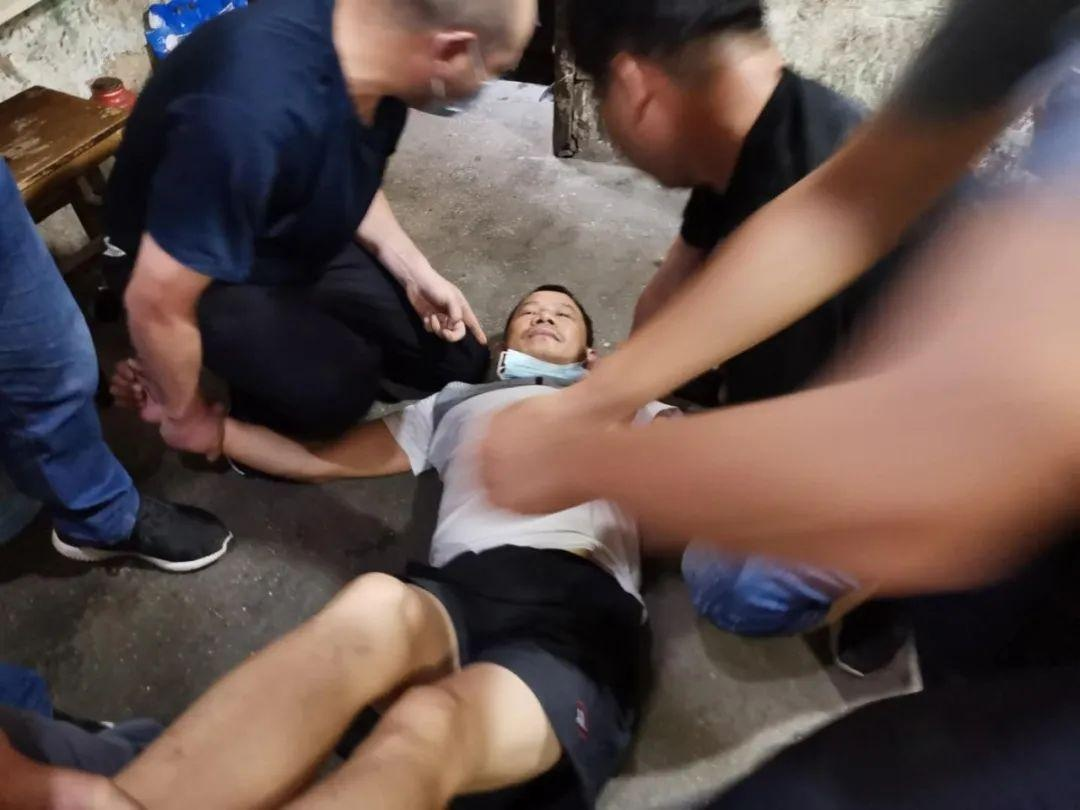 抓到了!湖北男子杀妻藏尸床底,落网时正在打牌,警方曾悬赏10万元缉捕